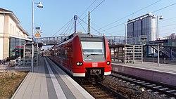 Sinsheim (Elsenz) Hbf mit BR 425.JPG