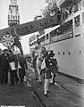 Sint Nicolaas en Zwarte Piet brengen een bezoek aan het emigrantenschip Groote B, Bestanddeelnr 906-8725.jpg