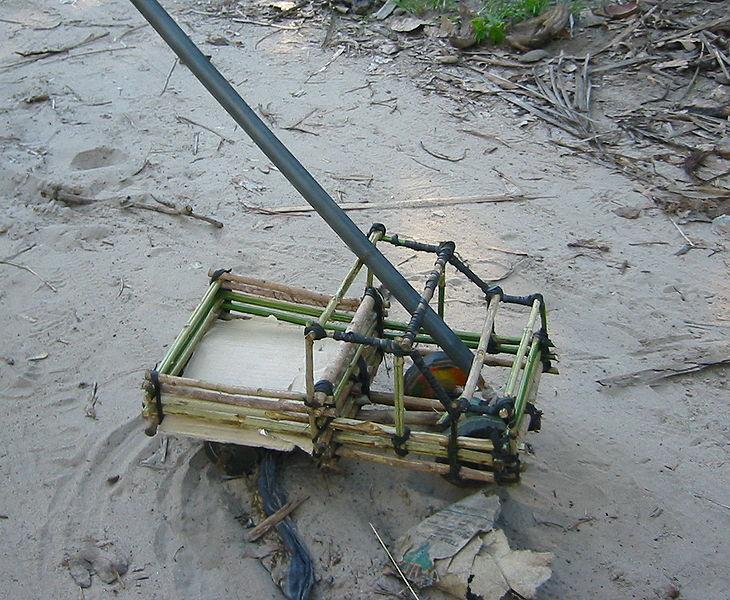 File:Spielzeug-LKW (Dorf in Kenia).jpg
