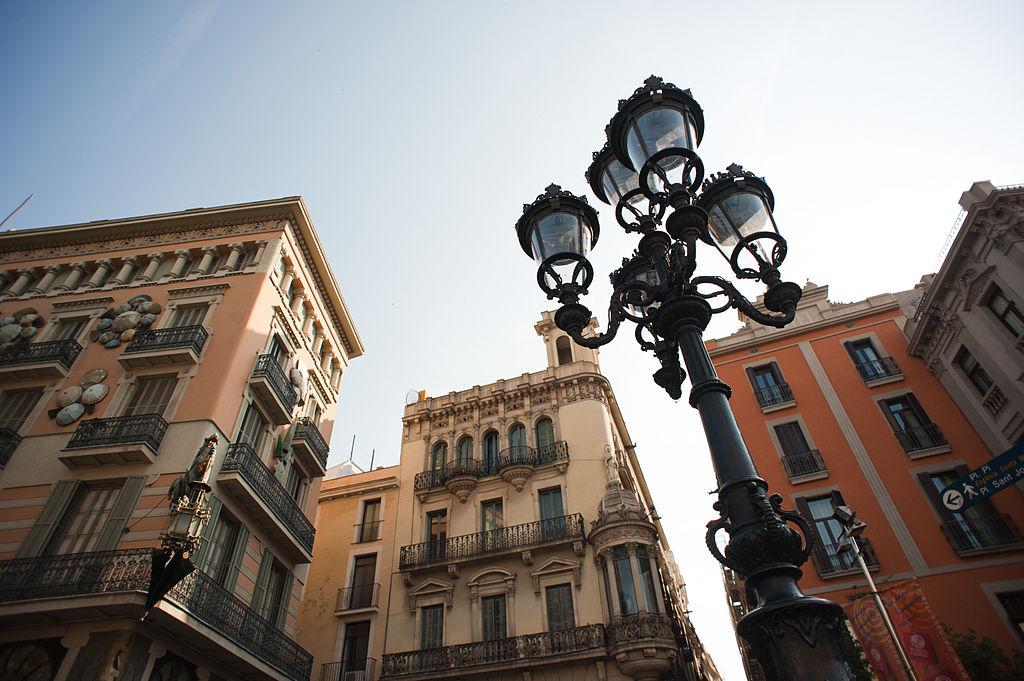 La Rambla de Barcelone, l'avenue est plus agréable avec les yeux vers le ciel. Photo de Mstyslav Chernov.