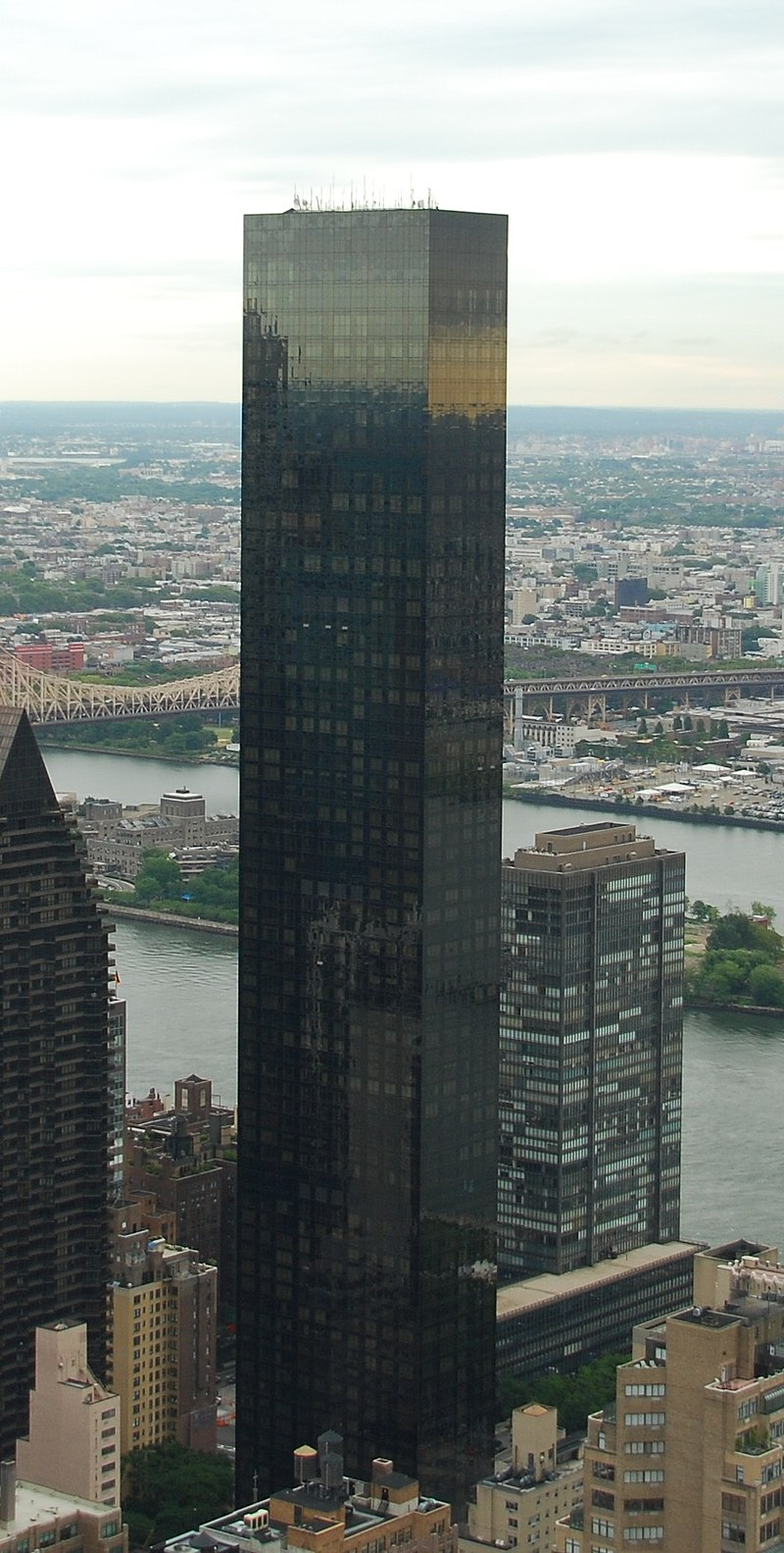 Trump World Tower and East River in Manhattan, New York City (cropped).jpg