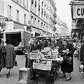 Vrouw bij een groentekar in de Rue Cadet, Bestanddeelnr 254-0381.jpg