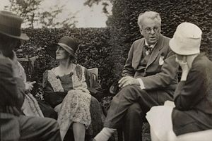 Georgie Hyde-Lees - Walter de la Mare, Bertha Georgie Yeats (née Hyde-Lees), William Butler Yeats, unknown woman, summer 1930; photo by Lady Ottoline Morrell