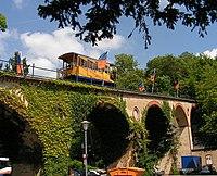 Wiesbaden Nerobergbahn ESWE Verkehrsbetriebe auf Viadukt von 1907 von Talstation zum Hausberg Foto 2008 Wolfgang Pehlemann Wiesbaden 0ICT0061.jpg