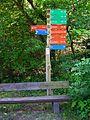Wildpark Alte Fasanerie bunte Wegweiser Juni 2012.JPG