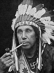 1920年 パサマクォディ族の酋長 William Neptune。卍の頭飾りと衣装を着用。