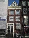 foto van Huis met gevel onder rechte lijst waarboven een dakvoorschot