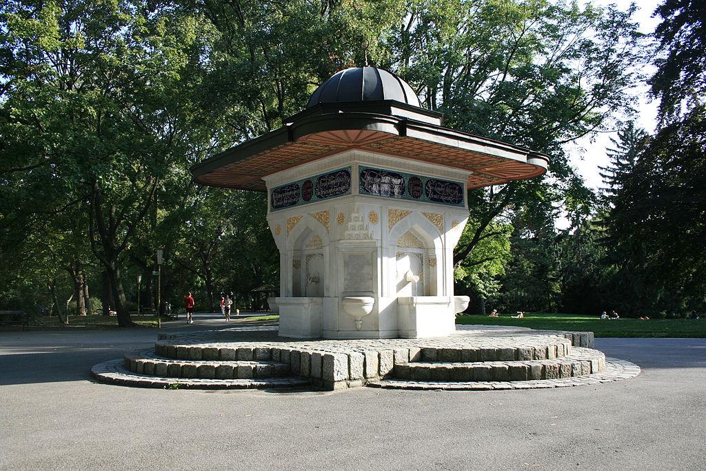 1024px-Yunus-Emre-Brunnen_Wien-01.jpg