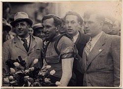 Zegevierende Briek Schotte na eerste etappe Dwars door België 1946, Sint-Truiden (collectie KOERS. Museum van de Wielersport).jpg