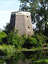 foto van Westbroekmolen/Zuidbuurtse Molen. met riet gedekte molenromp op stenen onderbouw