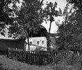 """""""Flanšček"""" (vrtiček) z ograjo, Frščilova hiša s konca, Glogovica 1950.jpg"""
