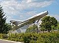 Літак МіГ-17 на постаменті — пам'ятник льотчикам-уродженцям Макарова.jpg