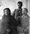Л. Вітан-Дубейкаўскі з бацькамі ў Дубейкаве. 1904.jpg