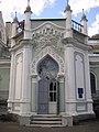 Один із входів до палацу Лопухіних-Демидових.jpg