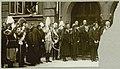 Похороны Марии Фёдоровны (02) Члены семьи и скорбящие возле храма в ожидании выноса гроба.jpg