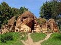Скалы красные камни с бронзовым орлом в парке Кисловодска..JPG