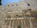 החלק העליון של הגשר ההרוס ששימש מעבר לעולי הרגל בעיר דוד.JPG