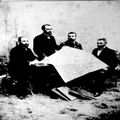 מנהלי אגודת מנוחה ונחלה בורשה לשם קנית אדמות בארץ- ישראל ( 1890) מימין לשמא-PHG-1010615.png