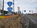 国道230号・国道5号との重複区間を示す標識、奥側に重複路線表示の案内標識・方面及び距離(106-A)(長万部町中の沢、2019年3月撮影).jpg