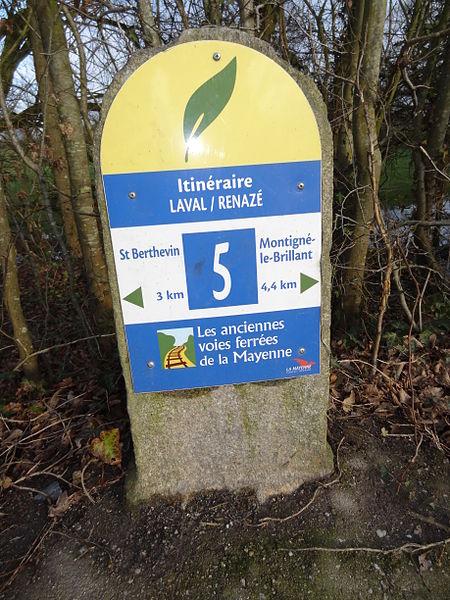 Borne kilométrique sur le tracé de l'ancienne ligne ferroviaire de Laval à Pouancé. La borne est couverte d'un panneau d'indication pour l'itinéraire piéton.