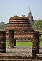 201312131428a HL ps Sukothai, Wat Mahathat, hinten Wat Sa Si (2).jpg