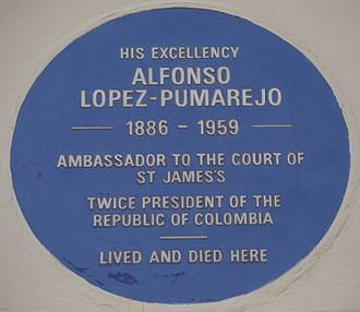 Wilton Crescent - Alfonso López Pumarejo blue plaque, 33 Wilton Crescent and part of 32 to the left, which uniquely in the Crescent form part of a terrace with 1-11 Belgrave Square