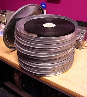 Clapper loader - Each 35 mm roll contains a maximum of 2,000 feet, or 22.22 minutes of running time at 24 fps, with a customary maximum of 18–19 minutes.