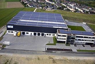 Victor Vargas - Image: Adam Hall Firmengebäude mit 6.500 m 2 Photovoltaik & Nahwärmeversorgung