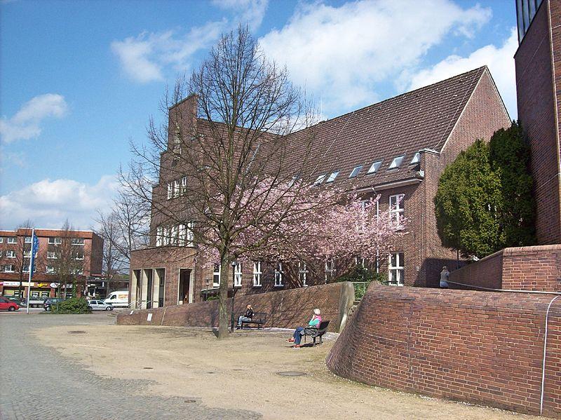 File:Am Wedeler Rathaus.jpg