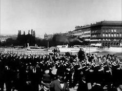 Fil:Arrivée de la garde au palais royal 1897.webm