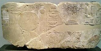 bloc de pierre figurant Rê et Amenhotep IV