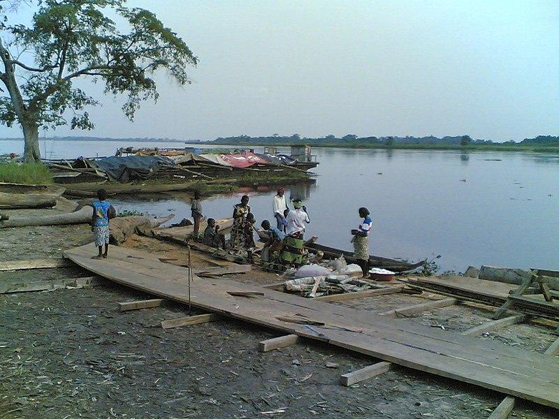 File:Au bord de la rivère Kwilu à Bandundu.jpg
