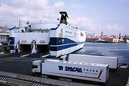 Autofaehre im Hafen von Genau