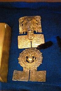 84fb875c5d37 Adorno fabricado con oro azteca en el siglo XVI ubicado en el Palacio de  Cortés