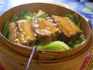 English: Bamboo Steamer with Steamed Pork on R...