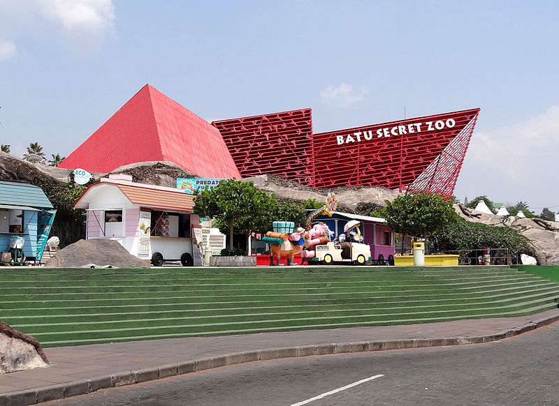 جانیا:Batu Secret Zoo entrance pavilion.jpg