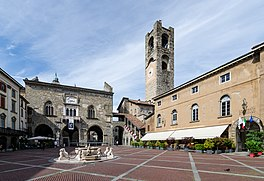 Bergamo, Piazza Vecchia, 2016-06 CN-01.jpg