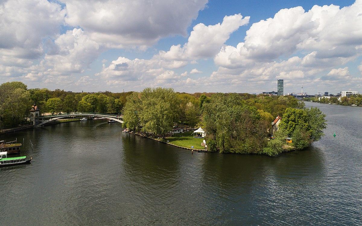 Insel mit Abteibrücke, rechts im Hintergrund die Treptowers