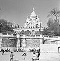 Bezoekers aan de voet van de Basilique du Sacré-Coeur, Bestanddeelnr 254-0603.jpg