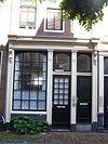 foto van Huis met latere gevel, bekroond door een klokvormige top onder rollagen