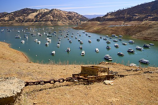 Boats on Lake Oroville during the 2021 drought