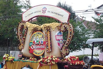 Carro alegórico com chope no desfile da Oktoberfest de Santa Cruz do Sul. 4175471d01