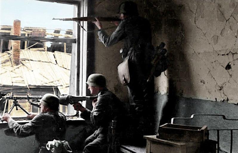 Bundesarchiv Bild 101I-617-2571-04, Stalingrad, Soldaten beim H%C3%A4userkampf Recolored