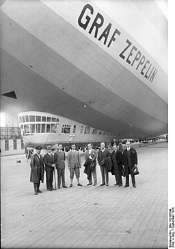 Friedrichshafen, Zeppelin-Passagiere vor dem Start Bundesarchiv, Bild 102-06549 / CC-BY-SA 3.0 / CC BY-SA 3.0 DE (https://creativecommons.org/licenses/by-sa/3.0/de/deed.en)