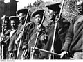 Bundesarchiv Bild 135-S-18-01-11, Tibetexpedition, Knüppelgarde in Tracht.jpg