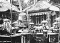 COLLECTIE TROPENMUSEUM Bali twee vrouwen bij een tempel omgeven door offerschalen TMnr 60018439.jpg