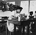 COLLECTIE TROPENMUSEUM Leerlingen van de huishoudschool tijdens naailes TMnr 20016963.jpg