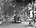 COLLECTIE TROPENMUSEUM Stoet auto's wordt feestelijk ingehaald door een rij kinderen TMnr 10004832.jpg