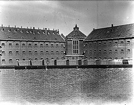Cellenbarakken Strafgevangenis Scheveningen, gezien van buiten de gevangenismuur