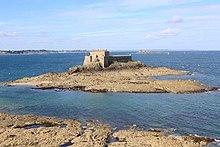 Petit Bé vu depuis le Grand Bé qui sont des îles à marée haute.